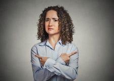 Förvirrad ung kvinna som itu pekar olika riktningar royaltyfri foto