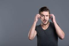 Förvirrad ung skäggig manöppningsmun fotografering för bildbyråer
