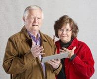 Förvirrade par med minnestavlan Arkivfoto