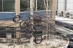 Förvirrat av elektriska trådar på elektriska poler Royaltyfria Foton
