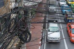 Förvirrat av elektriska trådar på elektriska poler Arkivfoton