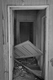 Förvirrat dörr övergett hus arkivfoton