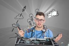 Förvirrat det professionell med kablar och telefonen framme av öppen CPU Royaltyfri Fotografi