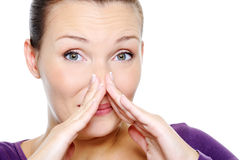 förvirringskvinnlig henne nässqueeze som Arkivbild