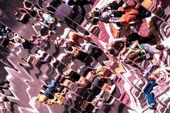 Förvriden bild med deformering i en variation av speglar, abstrakt ljus bakgrund för olika teman arkivfoto