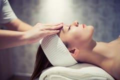 Föryngra avslappnande massage av massören Royaltyfri Foto