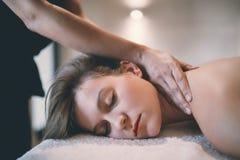 Föryngra avslappnande massage av massören royaltyfri bild