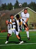 Fútbol 2on 1 del club del Mens foto de archivo