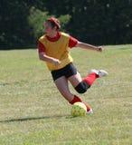 Fútbol adolescente de la juventud listo para golpear la bola con el pie Fotos de archivo libres de regalías