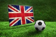 Fútbol blanco y negro en hierba Imagenes de archivo