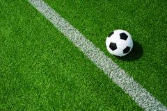 Fútbol, fútbol, bola, marca, línea blanca, blanco y negro clásico en el campo verde limpio, espacio para el texto, bueno para la  foto de archivo