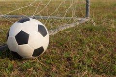 Fútbol cerca de la red de los posts Imagen de archivo libre de regalías