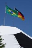 Fútbol con el alemán y la bandera del Brasil en el mundial superior 2014 de la FIFA Foto de archivo libre de regalías