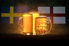 Fútbol 2018 Concepto creativo Vidrios de cerveza con la cerveza en la tabla lista para beber Apoye su país con concepto de la cer Fotografía de archivo libre de regalías