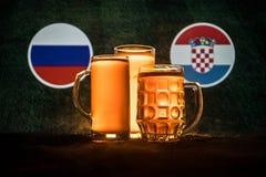 Fútbol 2018 Concepto creativo Vidrios de cerveza con la cerveza en la tabla lista para beber Apoye su país con concepto de la cer Foto de archivo