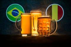 Fútbol 2018 Concepto creativo Vidrios de cerveza con la cerveza en la tabla lista para beber Apoye su país con concepto de la cer Imagenes de archivo