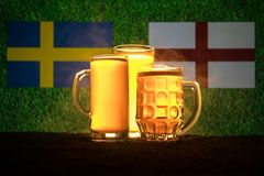 Fútbol 2018 Concepto creativo Vidrios de cerveza con la cerveza en la tabla lista para beber Apoye su país con concepto de la cer Imágenes de archivo libres de regalías