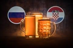 Fútbol 2018 Concepto creativo Vidrios de cerveza con la cerveza en la tabla lista para beber Apoye su país con concepto de la cer Fotografía de archivo
