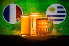 Fútbol 2018 Concepto creativo Vidrios de cerveza con la cerveza en la tabla lista para beber Apoye su país con concepto de la cer Imagen de archivo libre de regalías