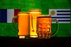 Fútbol 2018 Concepto creativo Vidrios de cerveza con la cerveza en la tabla lista para beber Apoye su país con concepto de la cer Fotos de archivo libres de regalías