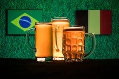 Fútbol 2018 Concepto creativo Vidrios de cerveza con la cerveza en la tabla lista para beber Apoye su país con concepto de la cer Foto de archivo libre de regalías