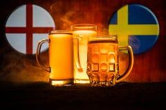 Fútbol 2018 Concepto creativo Vidrios de cerveza con la cerveza en la tabla lista para beber Apoye su país con concepto de la cer Imagen de archivo
