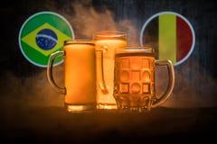Fútbol 2018 Concepto creativo Vidrios de cerveza con la cerveza en la tabla lista para beber Apoye su país con concepto de la cer Fotos de archivo