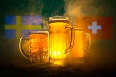 Fútbol 2018 Concepto creativo Vidrios de cerveza en hierba Apoye su país con concepto de la cerveza Fotos de archivo