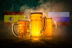 Fútbol 2018 Concepto creativo Vidrios de cerveza en hierba Apoye su país con concepto de la cerveza Imagenes de archivo