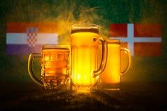 Fútbol 2018 Concepto creativo Vidrios de cerveza en hierba Apoye su país con concepto de la cerveza Imágenes de archivo libres de regalías