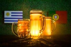 Fútbol 2018 Concepto creativo Vidrios de cerveza en hierba Apoye su país con concepto de la cerveza Foto de archivo