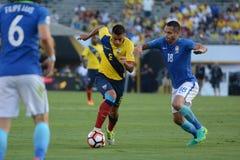 Fútbol de Ecuatorian que avanza con la bola durante el Ce de Copa América Imagenes de archivo