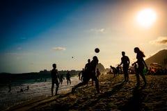 Fútbol de la playa por puesta del sol Fotografía de archivo