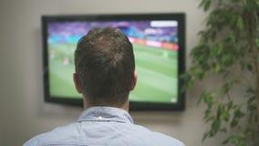 Fútbol de observación del hombre triste almacen de video