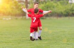 Fútbol del fútbol de los niños - los jugadores de los niños hacen juego en campo de fútbol imágenes de archivo libres de regalías