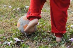 Fútbol del juego de la comida del niño Imagen de archivo