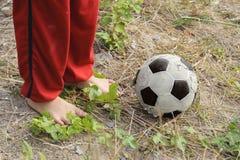 Fútbol del juego de la comida del niño Imagen de archivo libre de regalías