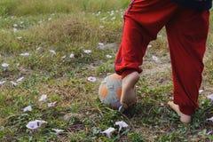 Fútbol del juego de la comida del niño Imagenes de archivo