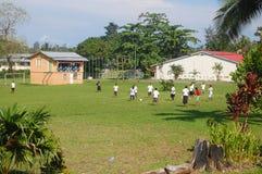 Fútbol del juego de las mujeres en el campus de la High School secundaria Fotos de archivo libres de regalías