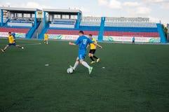 Fútbol del juego de los muchachos Fotos de archivo libres de regalías