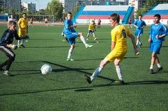 Fútbol del juego de los muchachos Fotos de archivo