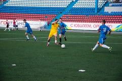 Fútbol del juego de los muchachos Foto de archivo