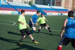 Fútbol del juego de los muchachos Imagenes de archivo
