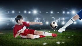 Fútbol del juego de los niños en estadio Imagen de archivo libre de regalías