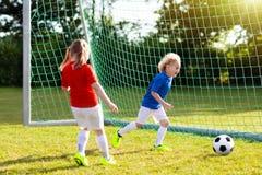 Fútbol del juego de los niños Niño en el campo de fútbol Fotografía de archivo libre de regalías