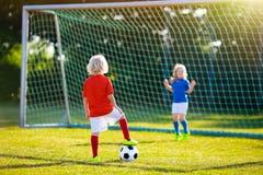 Fútbol del juego de los niños Niño en el campo de fútbol Imagen de archivo