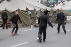 Fútbol del juego de los Protestors. Euromaidan, Kyiv después de la protesta 10.04.2014 Foto de archivo libre de regalías