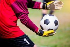 Fútbol a disposición del portero fotos de archivo