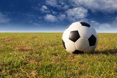 Fútbol en campo con el cielo azul Fotografía de archivo libre de regalías