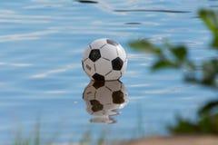 Fútbol en el agua imagenes de archivo